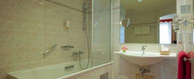 Bad im Familienzimmer - Pertschy Palais Hotel